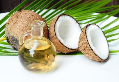 Algumas fontes de gorduras vegetais saudáveis: óleo de coco e azeite de oliva extravirgem.